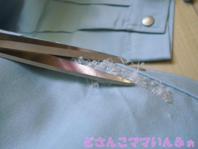 作業服の刺繍を取っている作業の様子