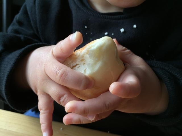食パンを手にする赤ちゃんの手