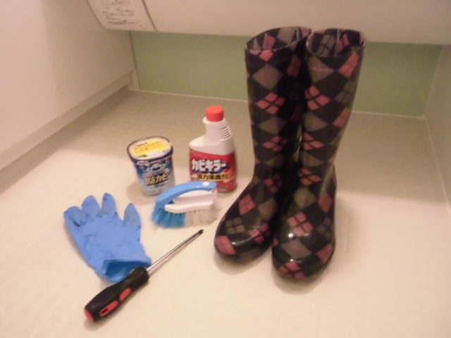 エプロンを取り外してお風呂掃除をするときの道具