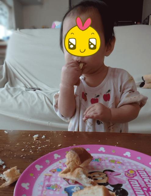 離乳食後期に食パンをそのまま手づかみ食べしている様子