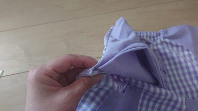 スモックの袖を肩の目立たない場所で短く袖上げする方法